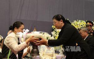 Phó Chủ tịch Quốc hội Tòng Thị Phóng dự lễ tang đồng chí Saman Viyaket