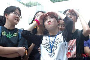 Hàng trăm thanh niên Hà Thành ôm nhau dưới nắng nóng gần 40 độ C