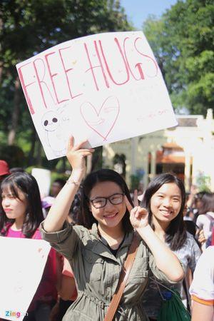 Hàng trăm bạn trẻ ôm nhau giữa trời nóng nực