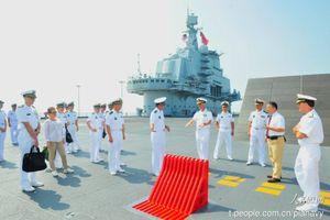 Ảnh chuyến thăm của Đô đốc Mỹ lên tàu sân bay Trung Quốc