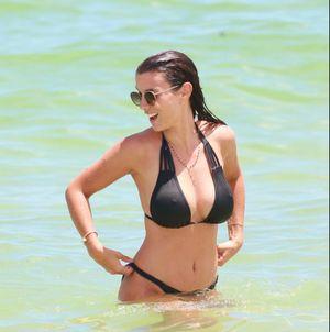 Vợ Bacary Sagna diện bikini nóng bỏng trên bờ biển Miami