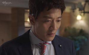 """""""Chuyện tình bác sĩ"""" tập 11: Kim Rae Won chết lặng nhìn bố lâm nguy"""