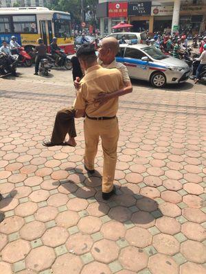 Xúc động với hình ảnh CSGT bế cụ ông ra xe taxi giữa trời Hà Nội nắng nóng