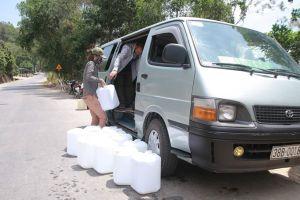 Người dân đổ xô lên núi mua nước 'thánh'