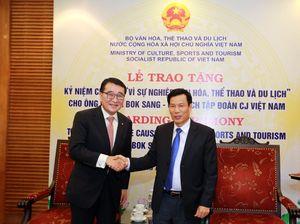 Trao tặng kỉ niệm chương cho Chủ tịch Tập đoàn CJ Việt Nam
