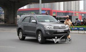 CSGT Hà Nội xử 'bùa hộ mệnh' gắn trên kính lái ô tô