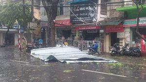 Mái tôn bay, cửa kính bị giật tung trong bão lớn