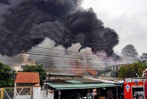 Khói lửa bao trùm khu dân cư ở Bình Dương