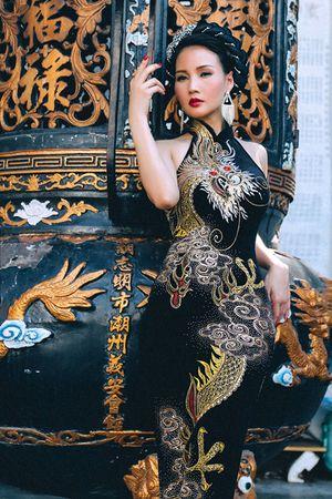 Hoa hậu Quý bà Sương Đặng lạ lẫm với đầm dạ hội họa tiết rồng