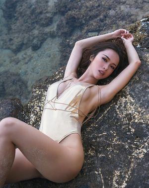 Vũ Ngọc Anh sexy trước biển với bikini da bóng