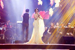 Thu Phương kiêu sa trên sân khấu với váy dạ hội vàng rực