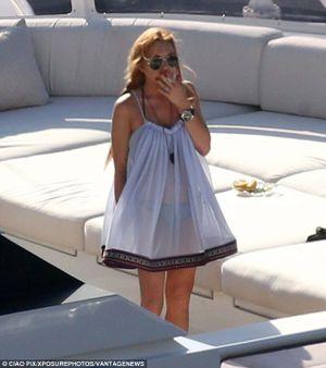 Lindsay Lohan lại gây sốc khi uống bia, hút thuốc lúc mang thai