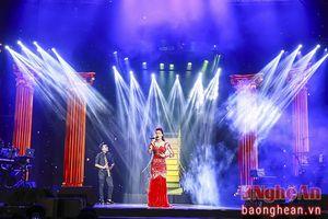 Phạm Hương, Lan Khuê tâm sự chuyện tình yêu với Hồ Ngọc Hà trên sân khấu