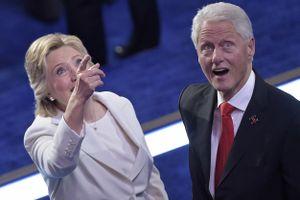 17 bức hình cựu Tổng thống Bill Clinton chơi với bóng bay sẽ khiến bạn ngạc nhiên vì tính hài hước của ông
