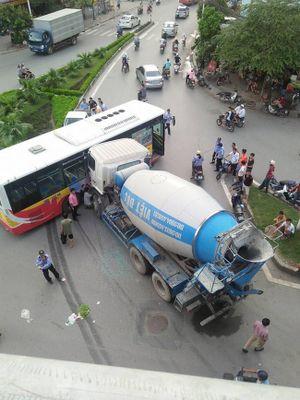 Hà Nội: Xe bồn đâm ngang hông xe buýt, nhiều hành khách la hét hoảng sợ