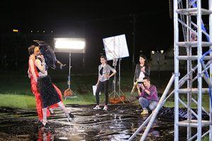 Kim Nhã té nhào trong thử thách chụp hình dưới mưa