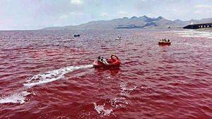 Kỳ lạ hồ nước đang xanh biến ngoắt sang đỏ như máu