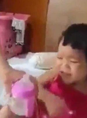 Người cha chuốc bia cho con gái hai tuổi say 'đứ đừ'