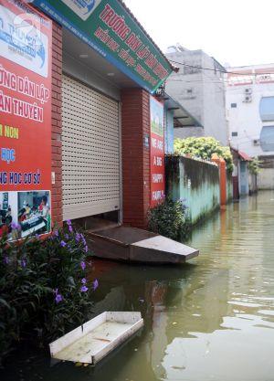 Hà Nội: Bão số 3 đã qua 1 tuần, dân Tứ Liên vẫn chịu cảnh nước bẩn ngập tận giường, đỉa, rác bơi trong nhà
