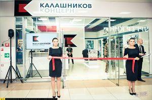 Ghé gian hàng bán súng AK cho khách du lịch ở Nga