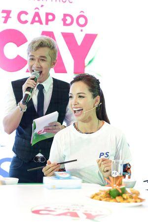 Hoa hậu làng hài đọ ăn cay cùng cựu người mẫu Thúy Hạnh.