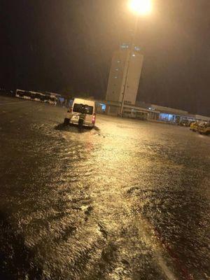 Sân bay Tân Sơn Nhất biến thành biển nước sau cơn mưa lớn