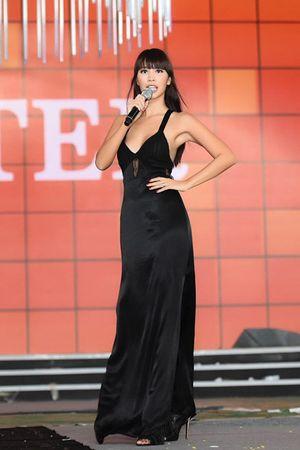 Hà Anh gây nóng mắt với váy khoét sâu trễ nải khoe vòng 1 trên sân khấu Hoa hậu VN