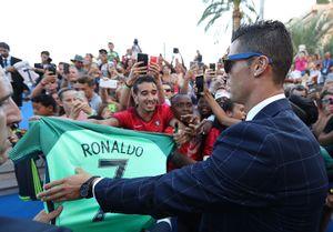 Ronaldo bảnh bao lên nhận giải Cầu thủ xuất sắc nhất châu Âu