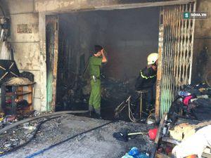 Người dân hốt hoảng chạy khỏi căn nhà cháy ngùn ngụt