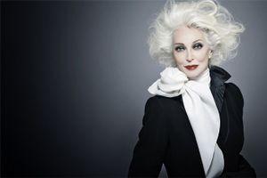 """Video: Siêu mẫu 85 tuổi tự tin """"đốt mắt"""" trên sàn diễn thời trang"""