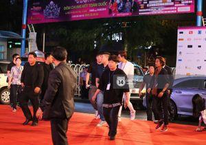 Bi Rain vẫy tay chào fan đứng chờ trước Nhà thi đấu Phú Thọ
