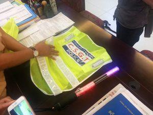 Cận cảnh áo phản quang gắn đèn led của CSGT Hà Nội