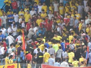 Thua trong trận play-off, CĐV Nam Định chửi trọng tài, xô xát với lực lượng an ninh