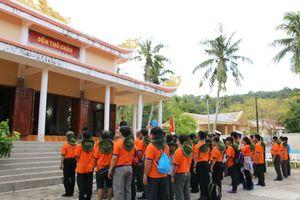 Dâng hương tưởng niệm, tặng quà cho dân đảo Thổ Chu