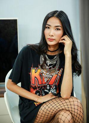 Hoàng Thùy bồi hồi tái ngộ đàn em Next Top Model