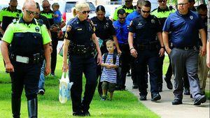 Cậu bé 4 tuổi đi khai giảng với 18 cảnh sát theo sau, và sự thật khiến cả trường xúc động!