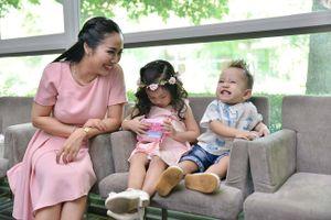 Ốc Thanh Vân diễn catwalk cùng con trai 19 tháng tuổi