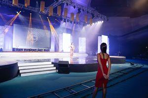 Siêu mẫu Hà Anh gợi cảm 'lấn át' nhan sắc Hoa hậu hoàn vũ 2005