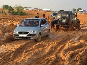 VOC 2016: Suzuki Tracker gãy trục láp, Hyundai Getz giãy giụa trong bùn lầy