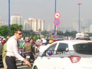 Giao thông hỗn loạn, một người nước ngoài xuống đường Sài Gòn phân luồng