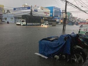 Sài Gòn mưa tầm tã, nhiều tuyến đường ngập nặng giờ tan tầm