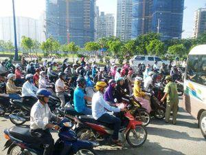 Ông Tây 'phồng má' điều tiết giao thông ở Sài Gòn