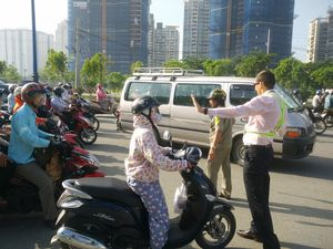 Ông Tây điều tiết giao thông trên đường phố