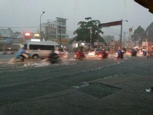Dân Sài Gòn bì bõm lội nước về nhà