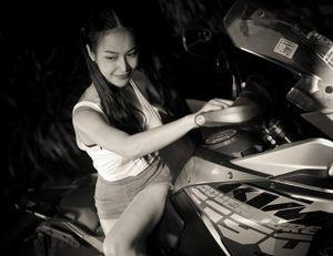 Người đẹp đọ dáng bên siêu môtô địa hình KTM 1190