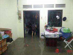 TP.HCM: 'Đại hồng thủy' khiến người dân trắng đêm tát nước cứu tài sản