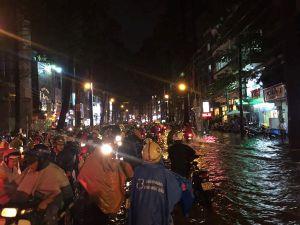Sao Việt 'méo mặt' khi Sài Gòn ngập lụt vì trận mưa khủng chiều 26.9