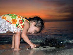 Bộ ảnh cực yêu của bé gái 2 tuổi du lịch qua 30 nước cùng cha mẹ