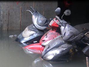 Giải cứu hàng ngàn xe máy bị ngập ở trung tâm TP.HCM