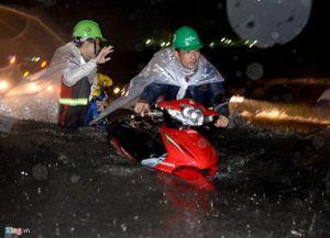 Chùi bugi ngày mưa ngập ở Sài Gòn 150.000 đồng/lần